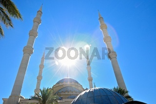 Sonne über der blauen Moschee in Manavgat