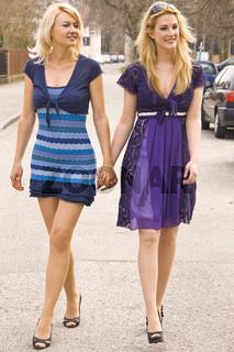 Junge Frauen beim spazieren gehen