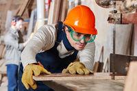Schreiner beim Sägen von Holz