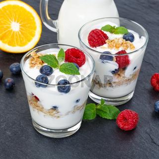 Beeren Joghurt Beere Glas Früchte Müsli Quadrat Schieferplatte Frühstück