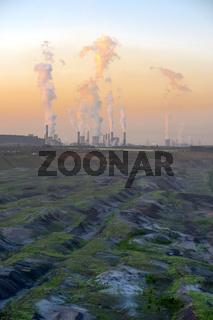 ausgekohlter Tagebau und Braunkohlekraftwerk