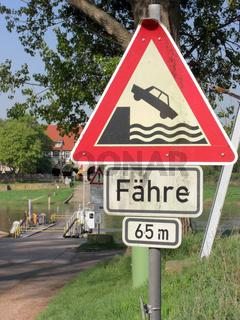 Fähre und Verkehrszeichen Ufer