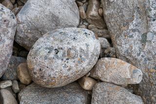 Runde Steinkiesel in einem Bergbach, Norwegen