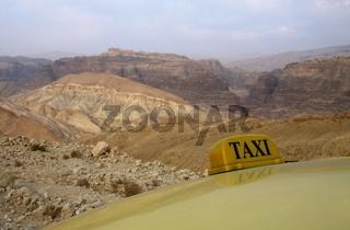 Die Wuestenlandschaft einer Passstrasse  zwischen der Strasse 65 und Madi Musa bei Petra im Sueden von Jordanien