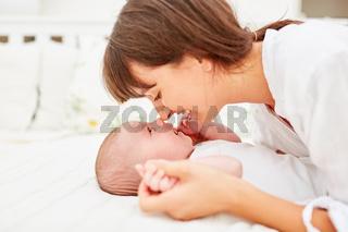 Glückliche Mutter kuschelt mit ihrem Baby