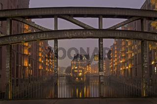 Poggenmühlenbrücke mit Durchblick auf das Wasserschlösschen, Wasserschloss, Hamburger Speicherstadt bei Nacht, Hamburg, Deutschland