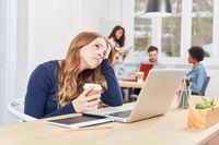 Frau sitzt nachdenklich und gestresst im Büro