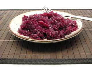 Rotkohl gekocht angerichtet auf einem Teller mit Gabel