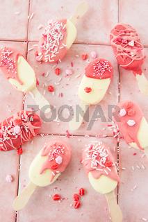 Kleine Vanilleeis am Stiel mit Streusel