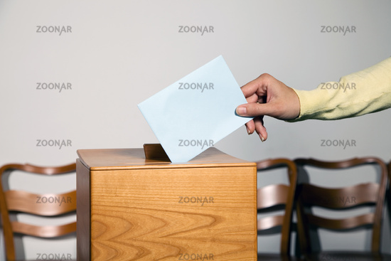 Frau bei Wahl mit Stimmzettel und Wahlurne