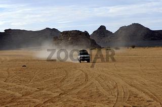 Jeep auf einer Wüstenpiste