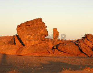Bizarre Felsen im Morgenlicht im Akkakus Gebirge