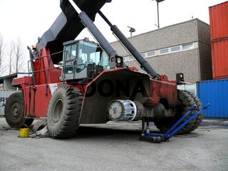 Reifenwechsel beim Reachstacker - Changing of Tyre