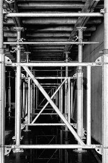 Baumaterial Baugerüst Schalung schwarz-weiss
