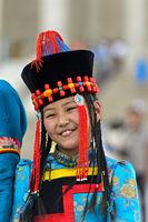 Mädchen in traditioneller Deel-Kleidung und Hut mit der typischen kegelförmigen Spitze