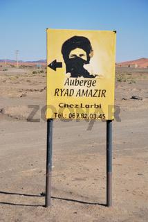 Hinweisschild zu einem Hotel am Rande der Wüste, Erg Chebbi, Marokko, Afrika