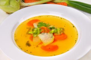 Klare Suppe mit Gemüseeinlage