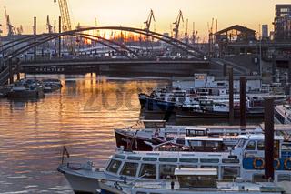 Hamburger Hafen im Sonnenuntergang, Hamburg, Deutschland, Europa