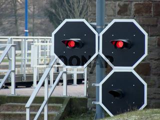 Rotlichtsignale vor der Schleuse in Hameln