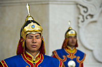 Gardist der Ehrengarde der mongolischen Streitkräfte in traditioneller Uniform vor dem Dschingis-Khan-Denkmal am Parlamentsgebäude
