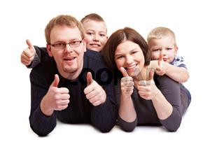 Familie hält Daumen hoch
