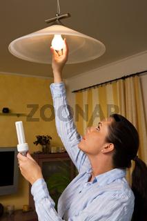 Frau wechselt auf Energie-Sparlampen