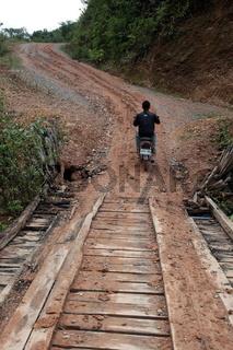 Eine Landstrasse in der Bergregion beim Dorf Kasi an der Nationalstrasse 13 zwischen Vang Vieng und Luang Prabang in Zentrallaos von Laos in Suedostasien.