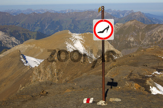 Verbotsschild für die Benutzung des Bergwegs mit ungeeignetem Schuhwerk am Schilthorn