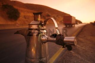 Ein Cafe Stop an der Strasse zwischen Jerash und Amman westlich der Hauptstadt Amman im norden von Jordanien