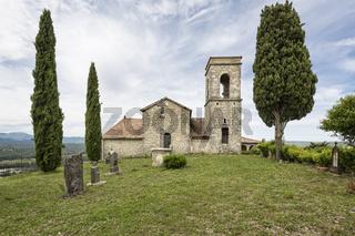 Die Kirche Saint-Martin in der Ortschaft Sampzon, Frankreich