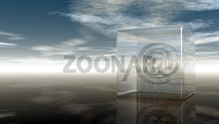 emailsymbol aus glas unter wolkenhimmel - 3d illustration