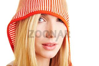 Blonde Frau trägt gestreifte Kapuze