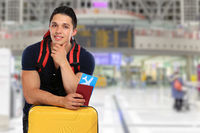 Junger Mann Ticket Flugticket Flughafen Reise reisen Koffer verreisen Urlaub fliegen