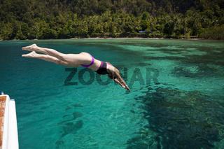 Kopfsprung ins Meer, Indonesien