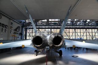 Kampfflugzeug McDonell Douglas F/A-18 Hornet im Hangar