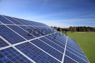 Photovoltaikreihen vor Landschaft
