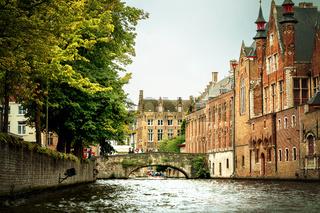 Unterwegs per Boot auf der Groenerei mit Blick auf die Meestraat Brug und mittelalterliche Gebäude in Brügge
