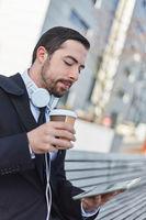 Business Mann schaut auf Tablet Computer