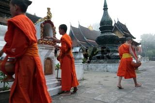 Moenche im Tempel Xieng Thong in der Altstadt von Luang Prabang in Zentrallaos von Laos in Suedostasien.