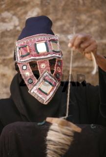 Eine Beduinen Frau dreht Schaafswolle in der Stadt von Little Petra in der Historischen Felsstadt Petra im Sueden von Jordanien