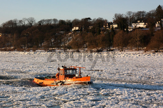 Als Eisbrecher eingesetzter Schlepper im Hamburger Hafen