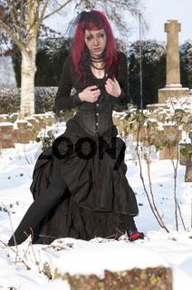 Junge Frau, Witwe auf Friedhof