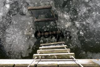 Strickleiter in der gefrorenen Schlei