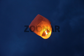Ballon bei Hochzeit / flying candle in  balloon