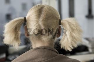 Frau von hinten mit Zöpfen