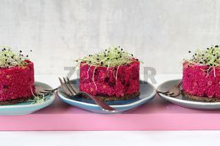 Rote Bete Couscoussalat mit roten Linsen und Zwiebelsprossen auf Pumpernickel