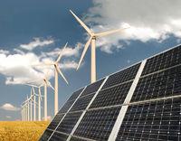 Solarzellen vor Windkraftanlage und Weizenfeld