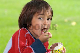 Junge beim Eis essen