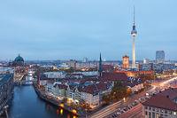 Berlin City Skyline abends mit Fernsehturm und Rathaus