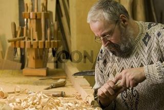 Mann beim arbeiten in der Tischlerei
